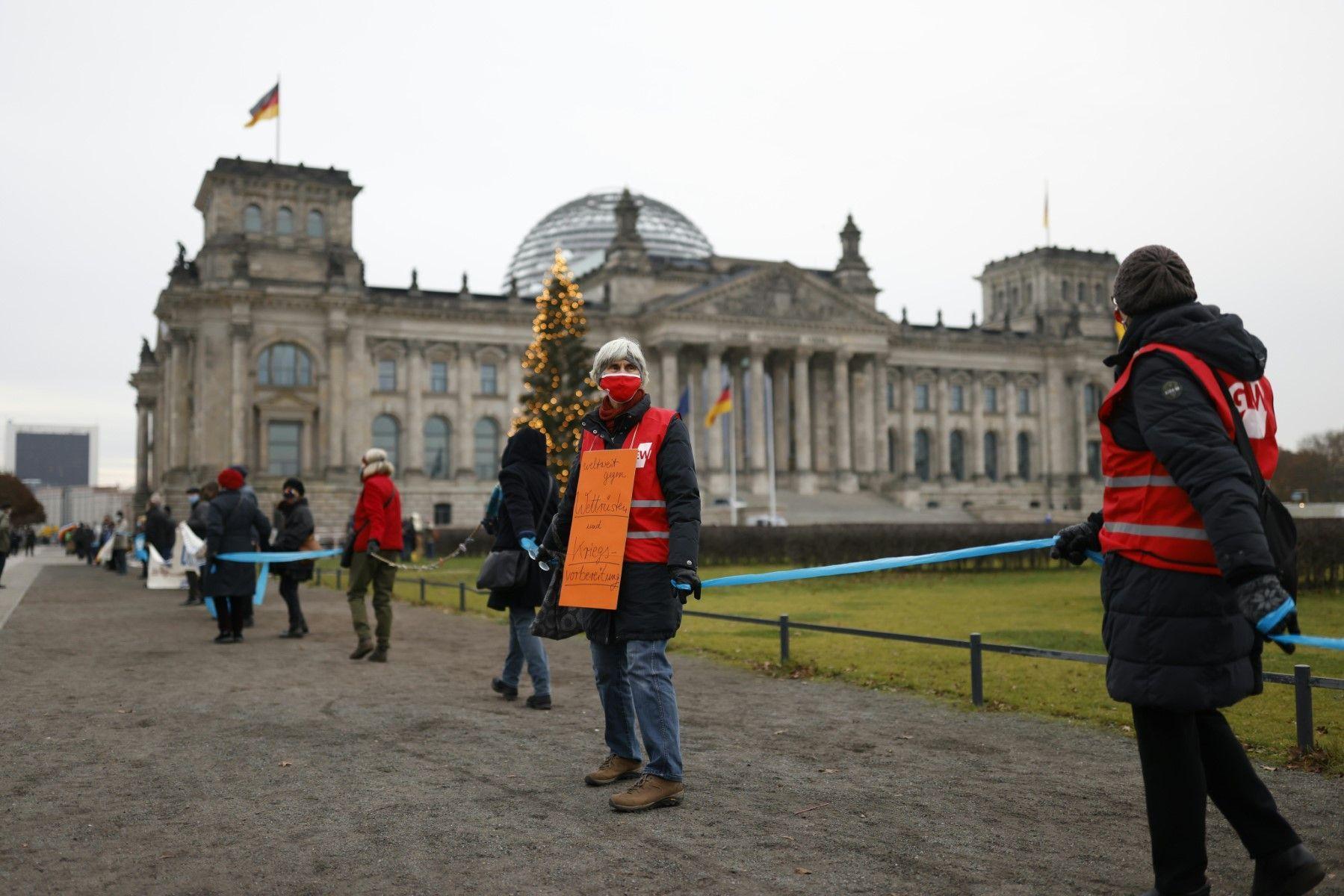 Demo gegen Aufrüstung: Menschenkette um den Bundestag