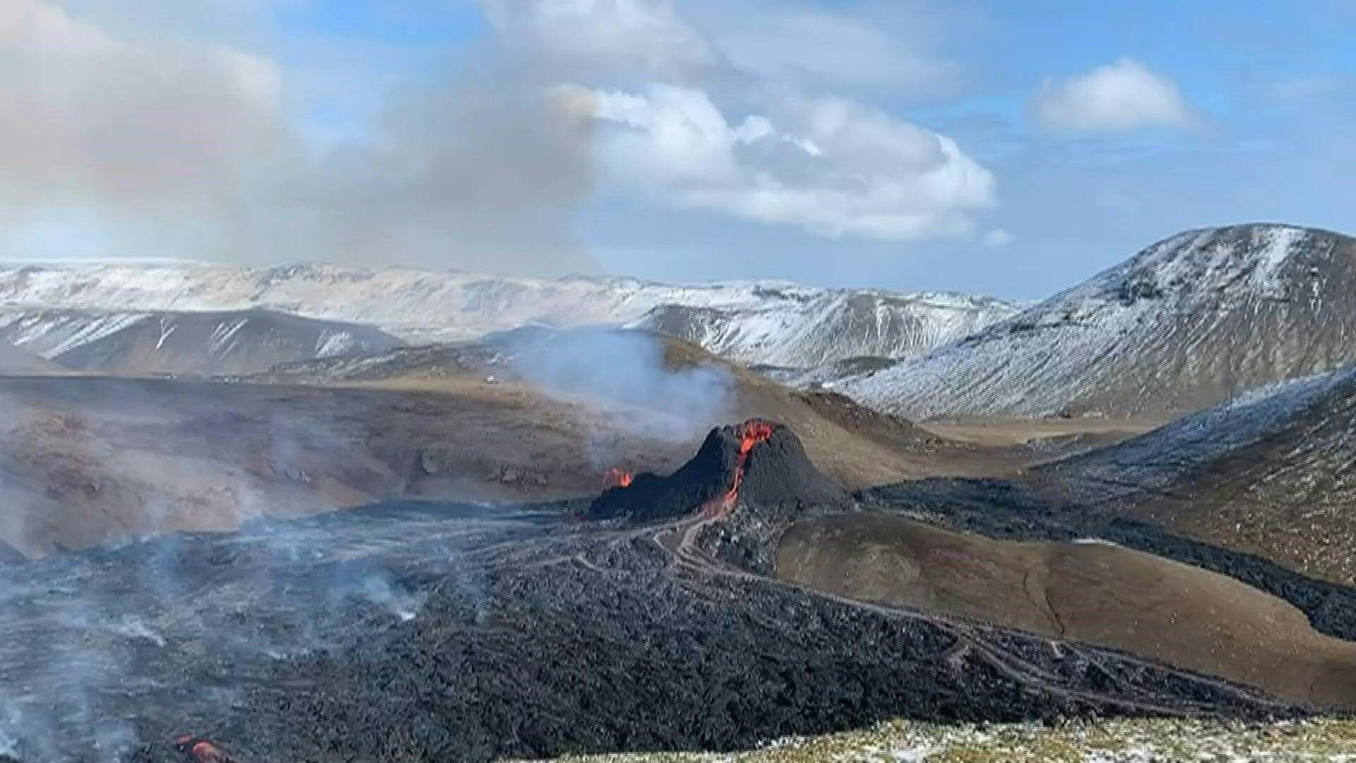 Vulkan in Island spuckt Lava