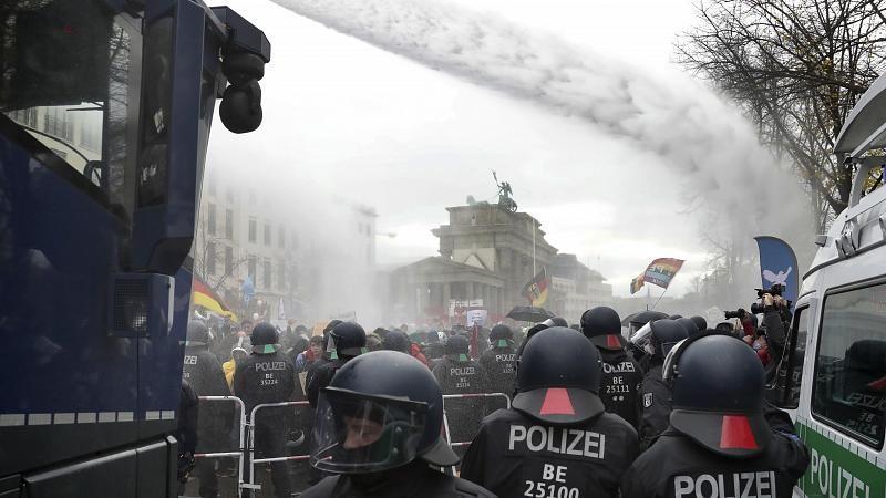 Berlin: Demonstranten protestieren gegen die Corona-Regeln