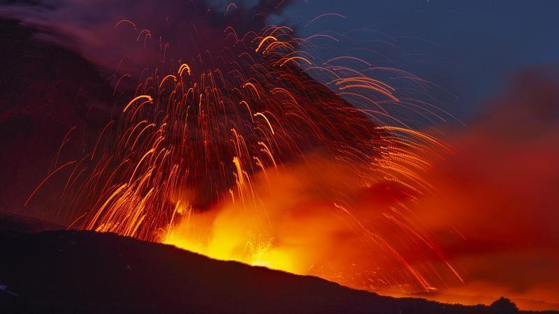Vulkan Ätna auf Sizilien spuckt wieder Lava und Asche