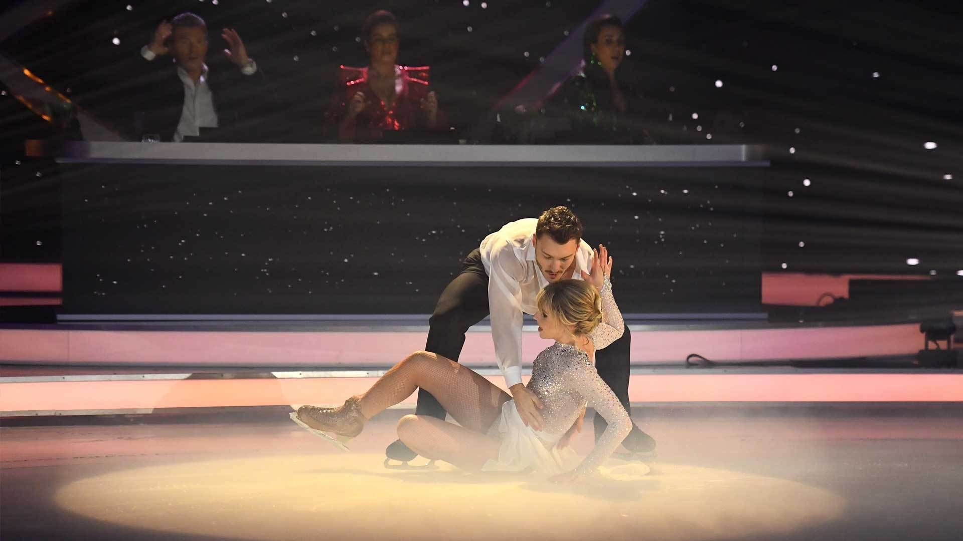 Lina Larissa Strahl stürzt bei Pflichtelement - Dancing on ice