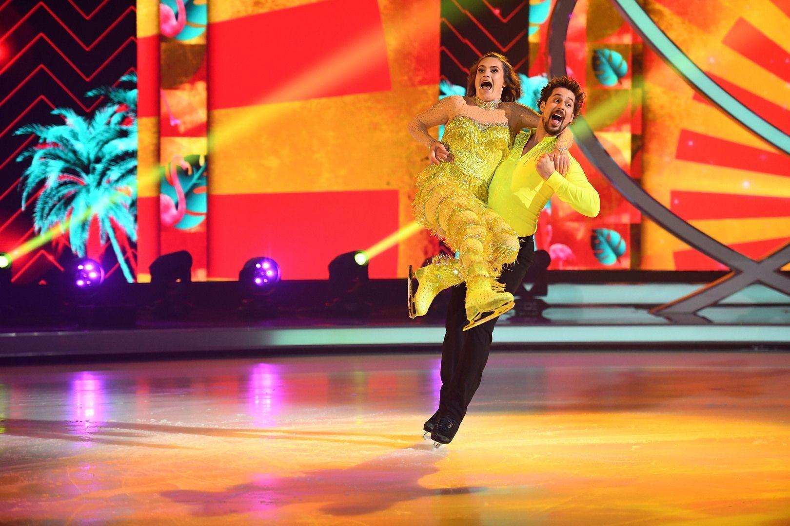 Nadine Angerer strahlt bei energiegeladener Dancing on Ice-Kür